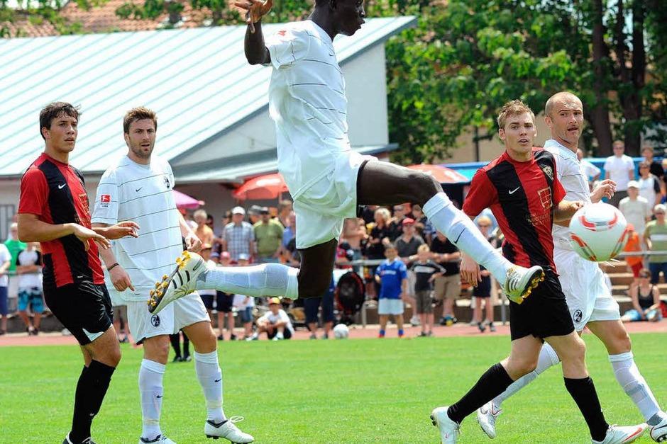 Papiss Cissé erzielt im Sprung den 3:0-Endstand für die Freiburg (Foto: m schön)