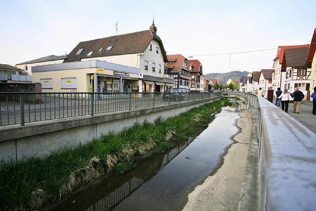 Abwasser im Dorfbach wegen verstopfter Kanalisation
