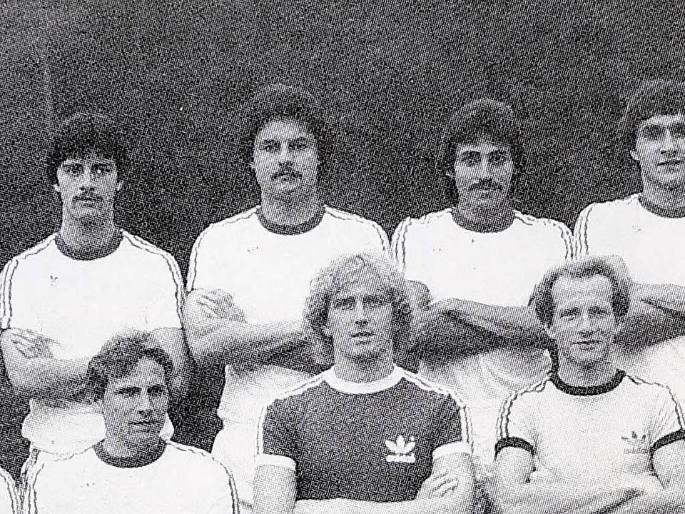 Joachim Löw (oben links) in der Saison 1979/80 beim SC Freiburg.  | Foto: Repro: Ingo Schneider