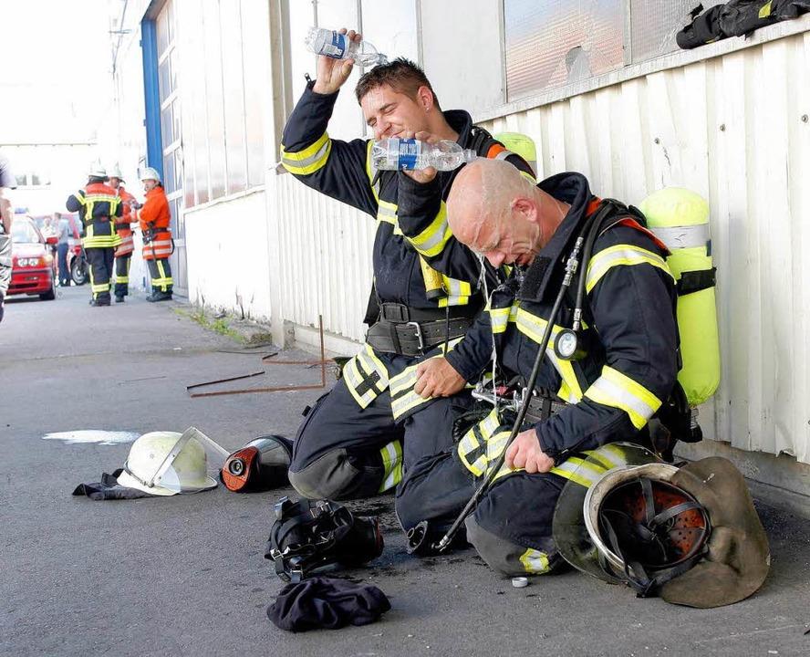 Erschöpfte Feuerwehrleute  | Foto: Peter Heck