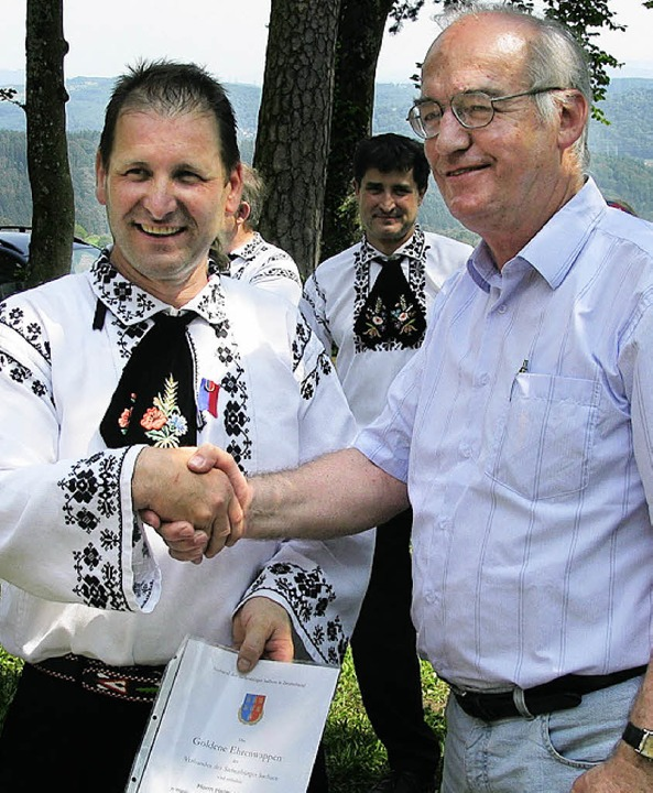 Alfred Mrass, Landesvorsitzender der  ...uppenleiter Helmut Untch (links) aus.   | Foto: Dietrich