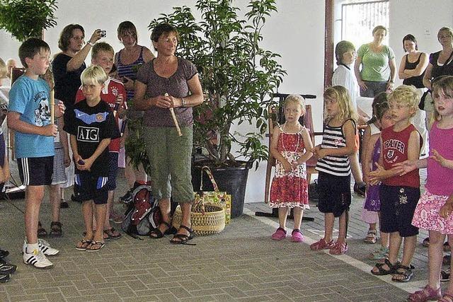 Kinder sangen für Senioren