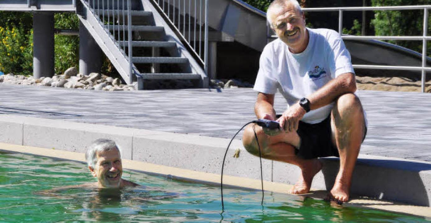 Mit einem Spezialgerät prüft Bademeist...es Wasser im Murger Naturerlebnisbad.   | Foto: Elisabeth Willers
