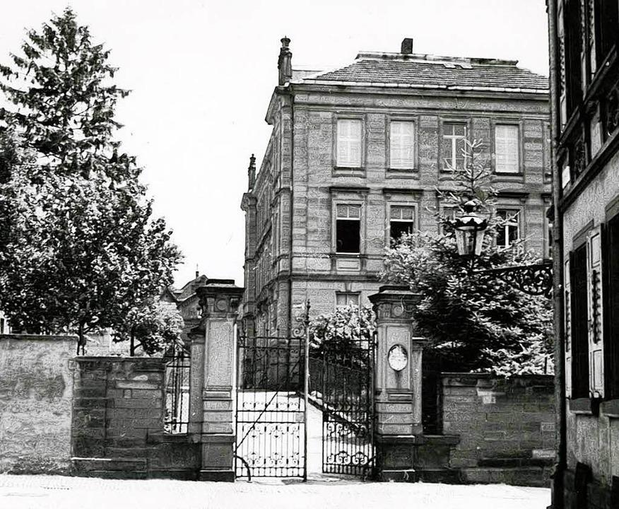 Das Schultor in der Gymnasiumstraße mi...e von 1899 und dem heutigen von 1980.     Foto: Stadtarchiv / RAB