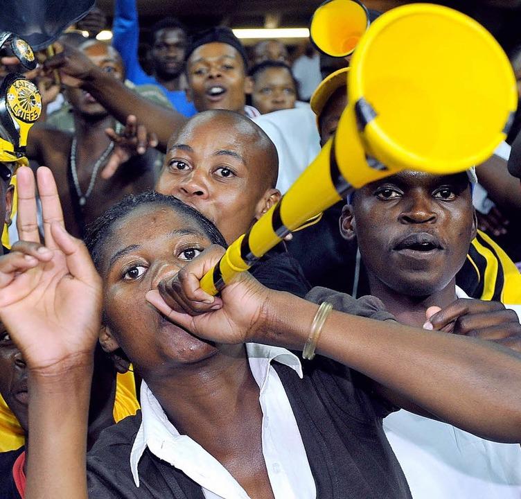 Ob die südafrikanischen Fans künftig a...samt Vuvuzelas in die Stadien strömen?  | Foto: dpa