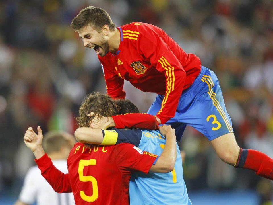 Der spanische Torschütze Puyol wird bejubelt.  | Foto: dpa