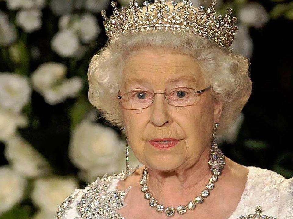 Muss die Queen bald ihre ersten Schmuckstücke veräußern?  | Foto: dpa