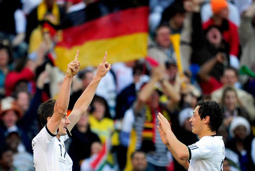 Migrantenkinder Miroslav Klose (links) und Mesut Özil.    Foto: ddp