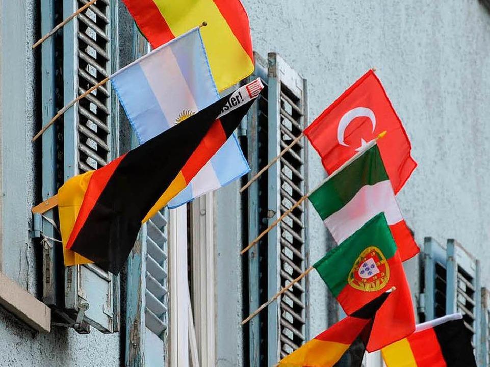 Nationalflaggen an einem Haus in Stuttgart    Foto: dpa
