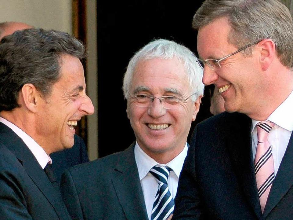 Christian Wulff und Nicolas Sarkozy schütteln die Hände.   | Foto: AFP