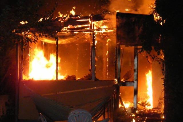 Feuer in Mehrfamilienhaus – zwei Leichtverletzte