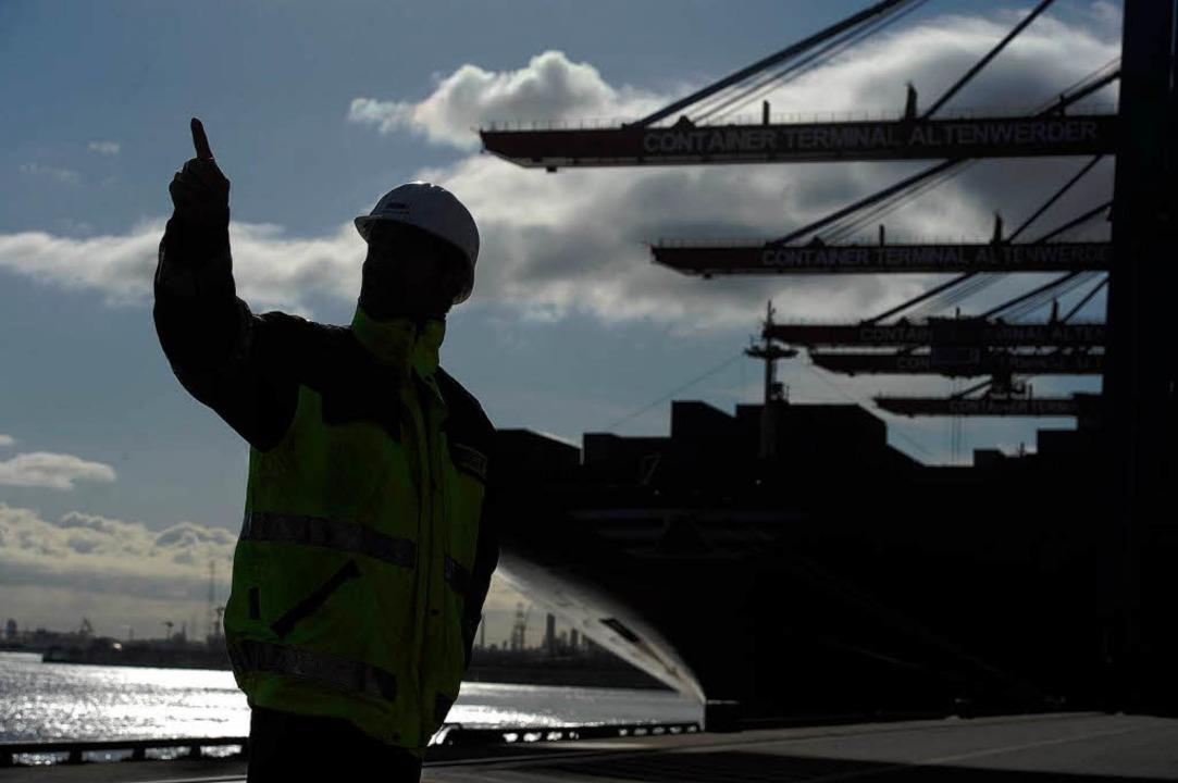 Im Zentrum des Welthandels: Ein Mitarbeiter des Hamburger Hafens   | Foto: dpa