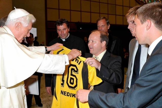 SC Wyhl: Fußballer spendieren dem Papst ein Trikot