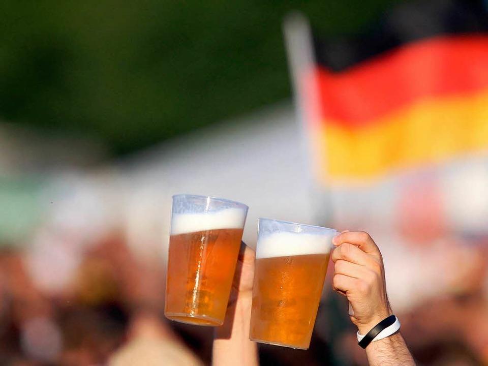 Alkohol senkt bei vielen die Hemmschwelle.  | Foto: dpa