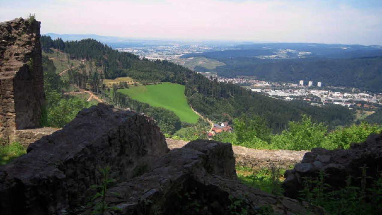 Ausblick von der Ruine Schwarzenberg auf Waldkirch und in die Rheinebene.  | Foto: Fotos: Karin Heinze