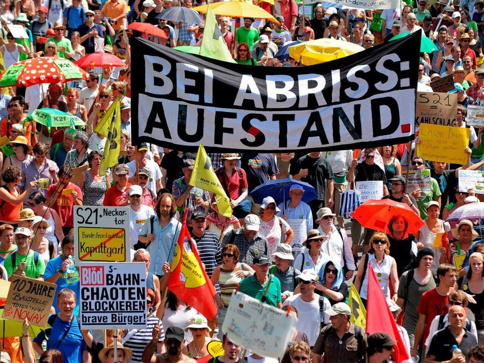 "Erneut protestierten in der baden-würt...denprojekt ""Stuttgart 21"".  | Foto: dpa"