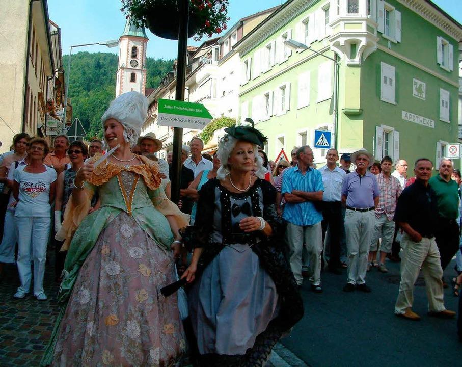 "In Rokokokostümen flanierte Edith Gant...sia über den  ""Boulevard"".  | Foto: Roswitha Frey"
