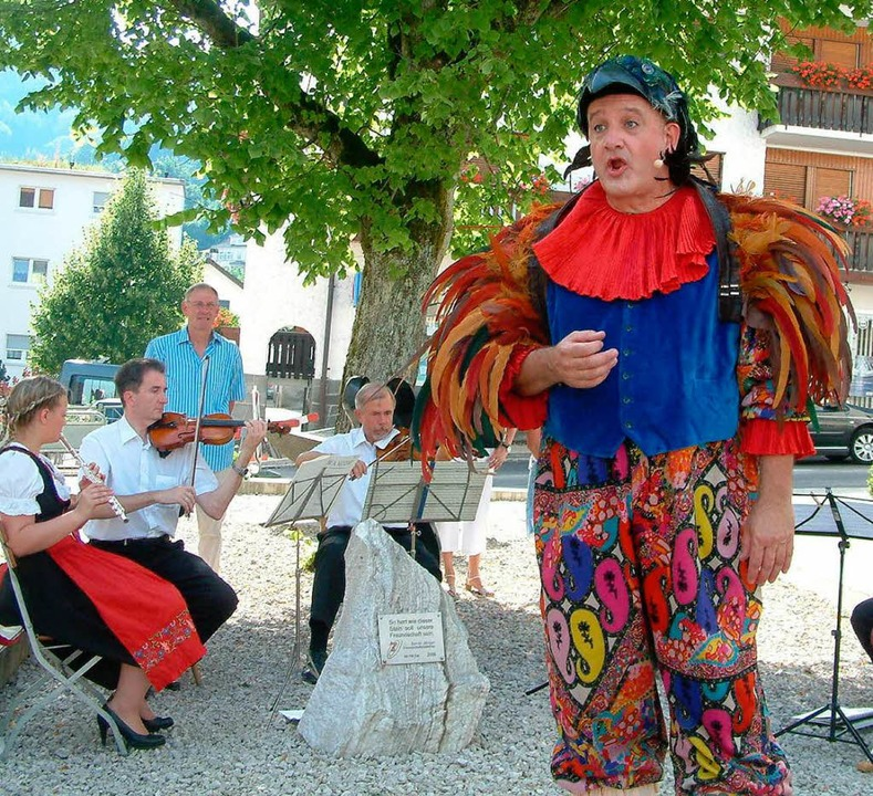 Im farbigen Federkostüm: Hendrik Köhler sang die Vogelfänger-Arie des Papageno.  | Foto: Roswitha Frey