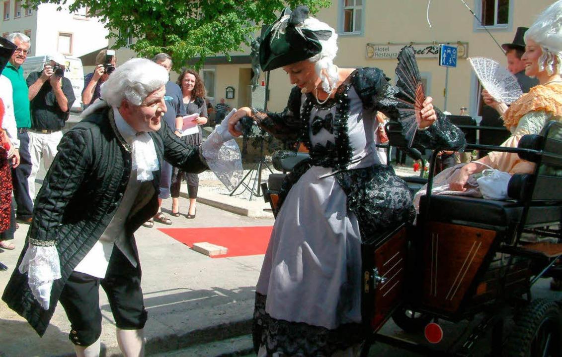 Galant hilft Kammerdiener Joseph (Egon...Mozart (Edith Ganter) aus der Kutsche.  | Foto: Roswitha Frey