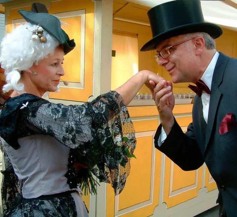 Charmant begrüßt Bürgermeister Rudolf ...e Mozart (Edith Ganter), mit Handkuss.  | Foto: Roswitha Frey