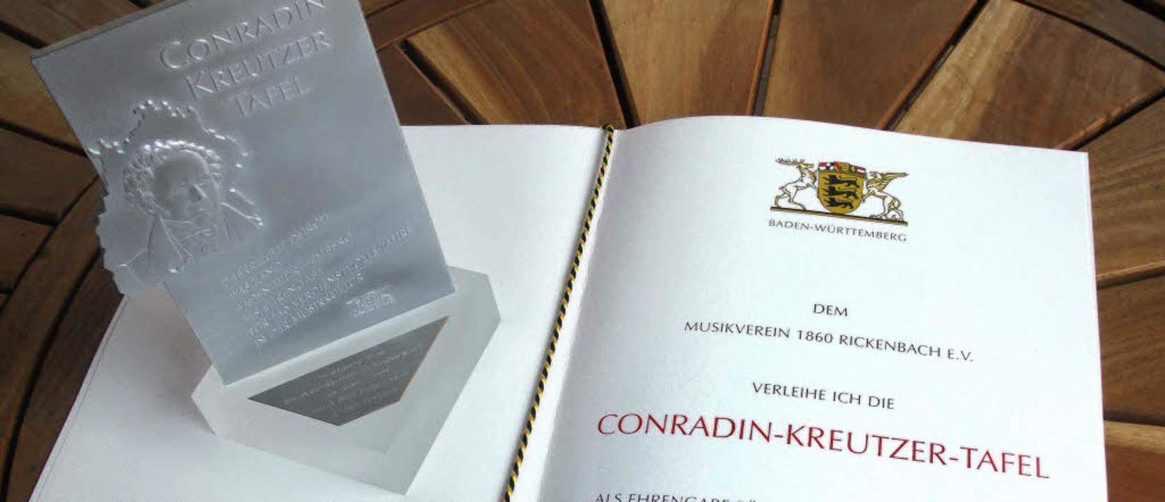 Eine silberne Tafel und eine Landesurk... Auszeichnung des MV Rickenbach aus.    | Foto: Kaeser