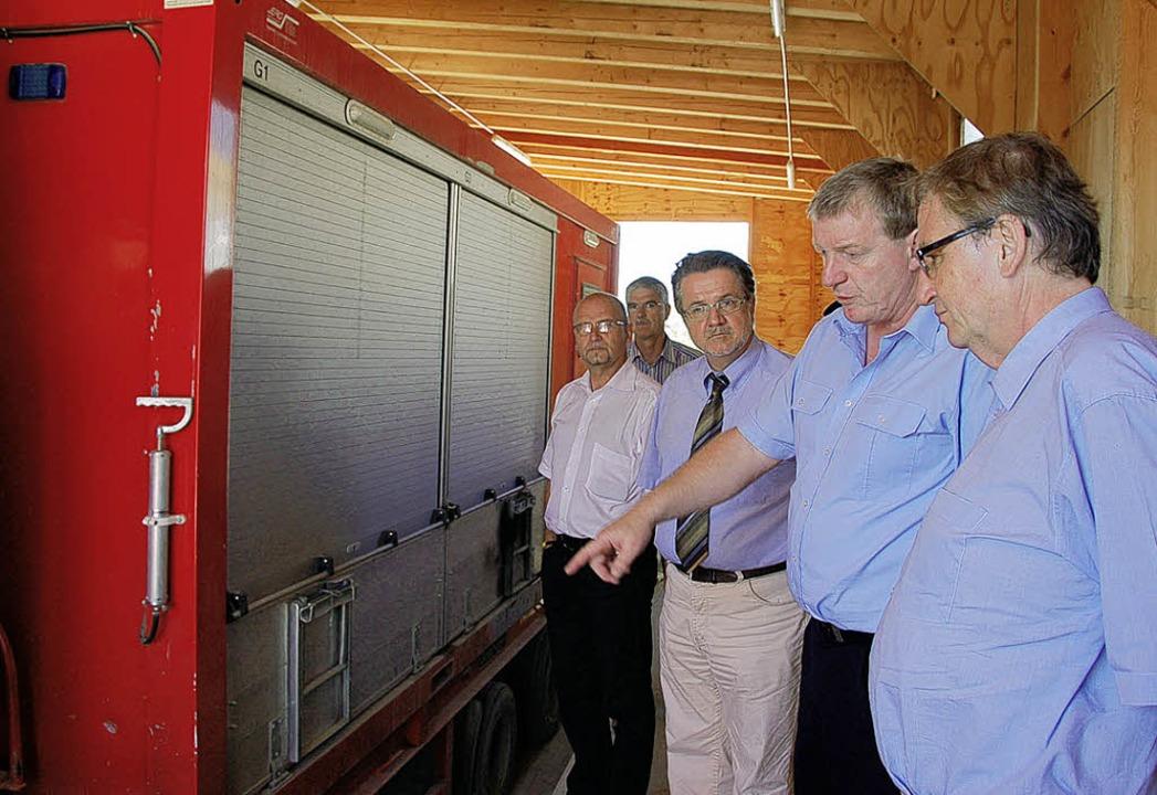 Die Arge hat für Rettungseinsätze währ...gierungspräsidenten (rechts) erklärte.  | Foto: Langelott