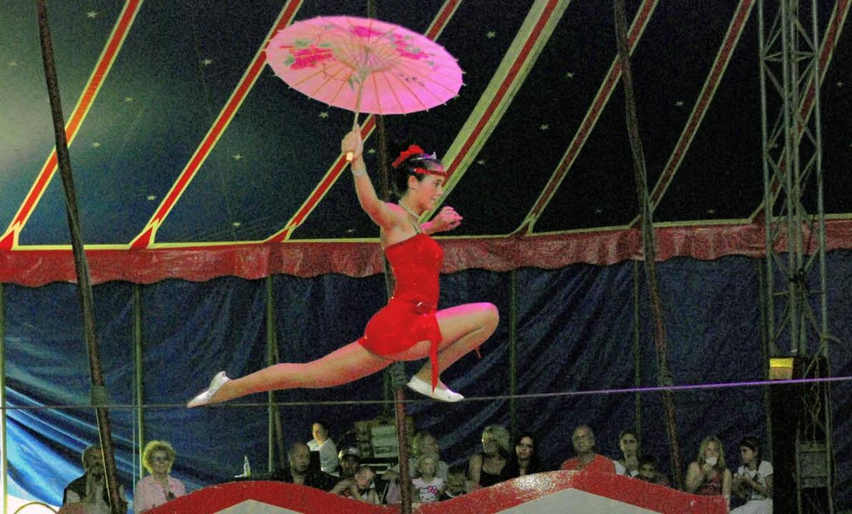 Drahtseilakt im Zirkus Kaiser: Spritzi...und schlauen Tieren war das Programm.   | Foto: Edgar Steinfelder