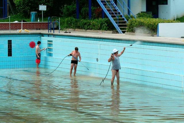 Freibad liegt bei 30 Grad trocken – Reinigungsarbeiten