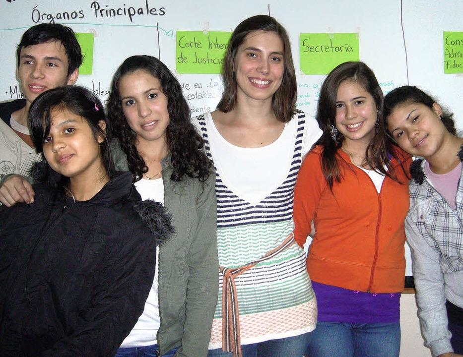 Heike Schumacher (Mitte) mit Schülerin...Schule im argentinischen Puerto Rico.   | Foto: Privat