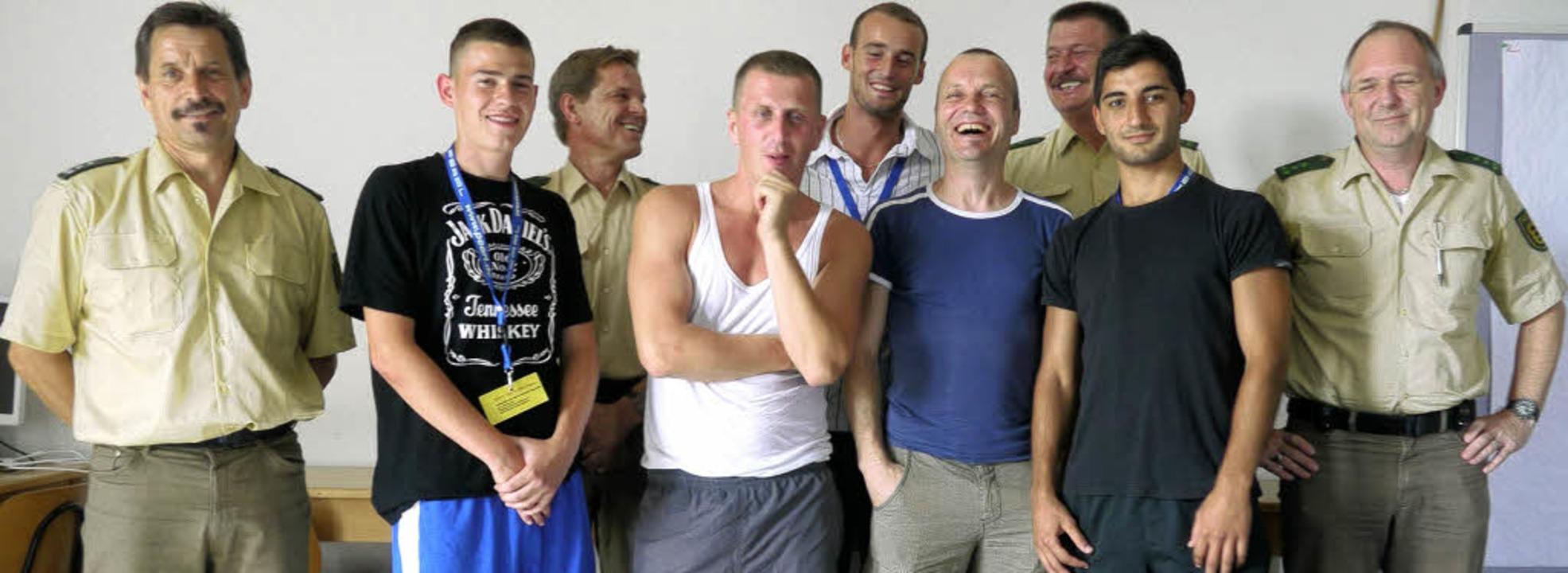 Gemeinsam sind sie stark: Revierleiter...nd seine Helfer mit und ohne Uniform.   | Foto: ad