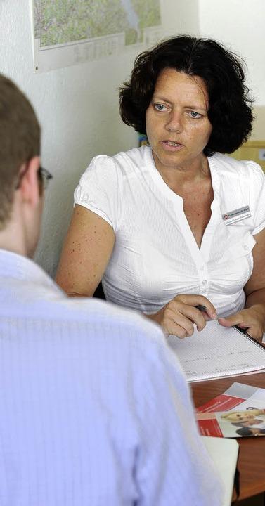 Stellenvermittlerin Christel Lampe-Heinzinger im Beratungsgespräch  | Foto: Ingo Schneider