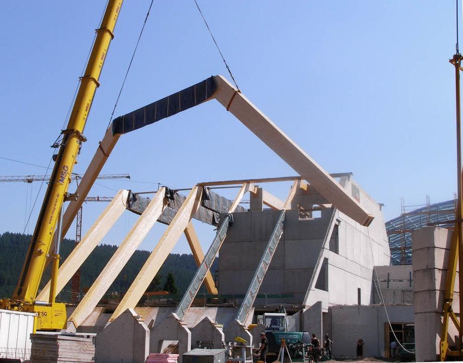Fichtenholzbinder mit einer Spannweite...ern werden vom Spezialkran platziert.   | Foto: liane schilling
