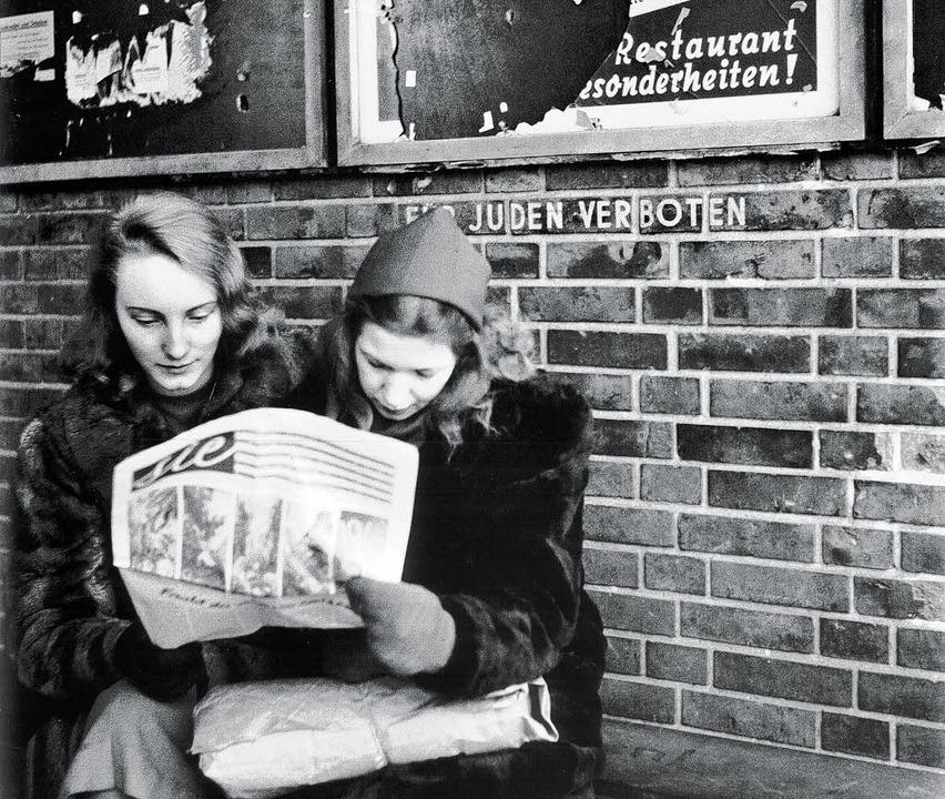 """Fritz Eschen, """"Zwei junge Frauen bei der Zeitungslektüre"""", 1945     Foto: Eschen"""