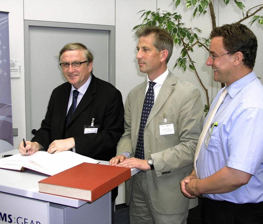 Zum Abschluss seines Besuches trug sic...s (rechts) präsentierte die Gemeinde.   | Foto: Gert BRichta