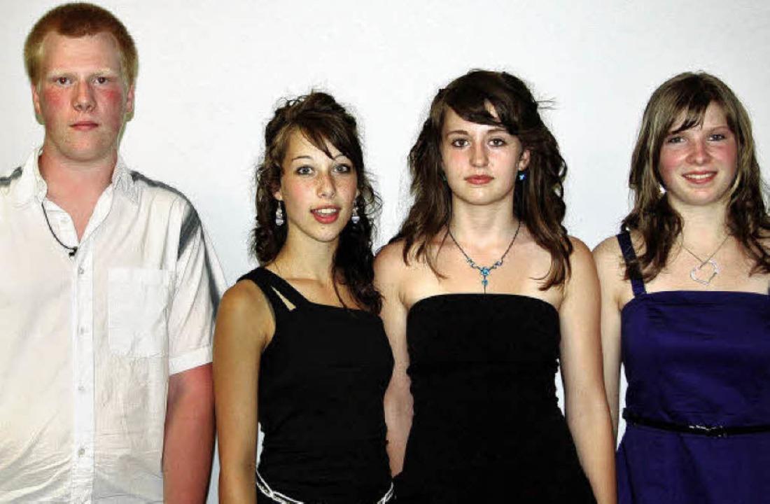Für ihren guten Abschluss an der Grund...on links) den  Sozialpreis der Schule.  | Foto: Pia Grättinger