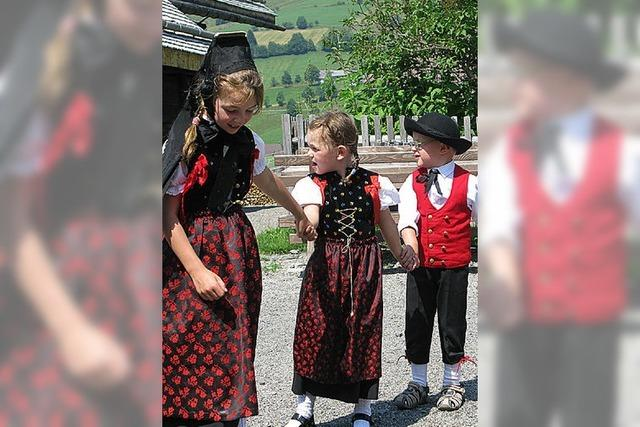 Tapfer tanzen die Kinder in Trachten