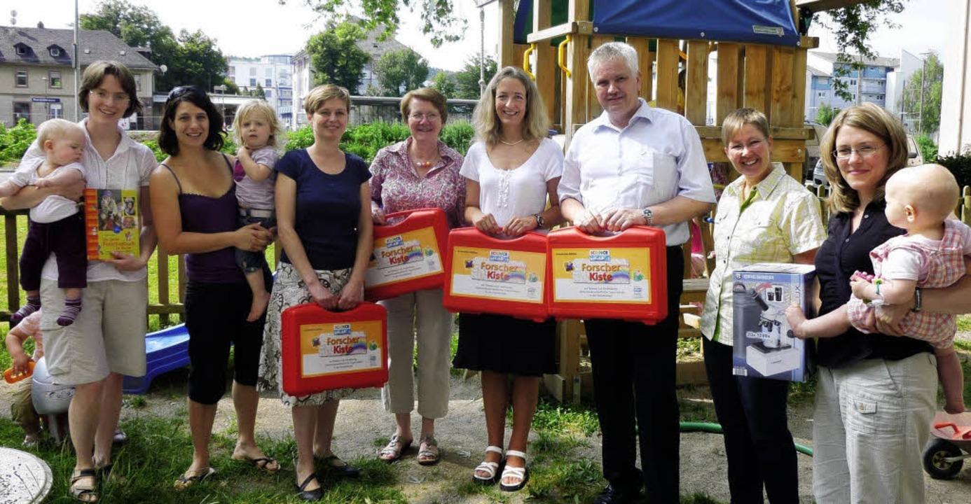 Umicor spendet Forscherkisten: (von li..., Cornelia Rudigier, Catrin Heubling.   | Foto: Privat