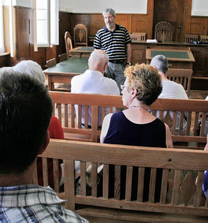 Woche der Justiz im Amtsgericht Ettenh...ann mit den Besuchern im Gerichtssaal.    Foto: Erika Sieberts