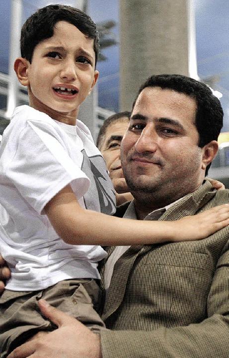 Amiri mit seinem Sohn bei seiner Ankunft in Teheran    Foto: DPA