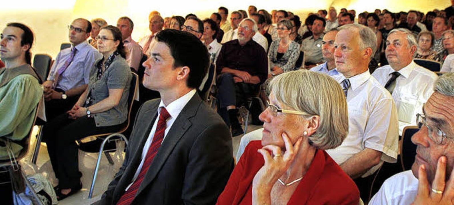 Bürgermeister Matthias Gutbrod und Ort...nks) beim Festvortrag zum Festbankett.  | Foto: Fössel