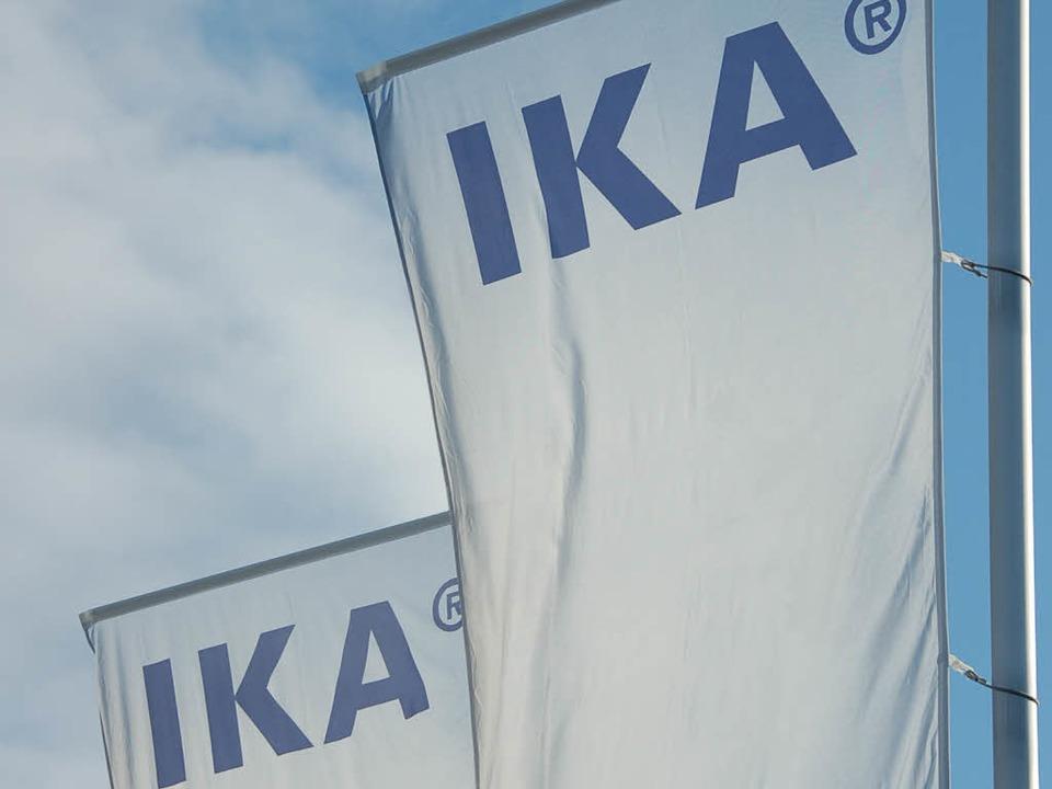 Die IKA-Fahnen wehen einträchtig über ...h hinter den Kulissen gibt es Knatsch.  | Foto: Markus Donner