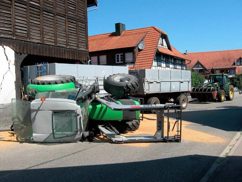 Der umgestürzte Traktor  | Foto: Polizei