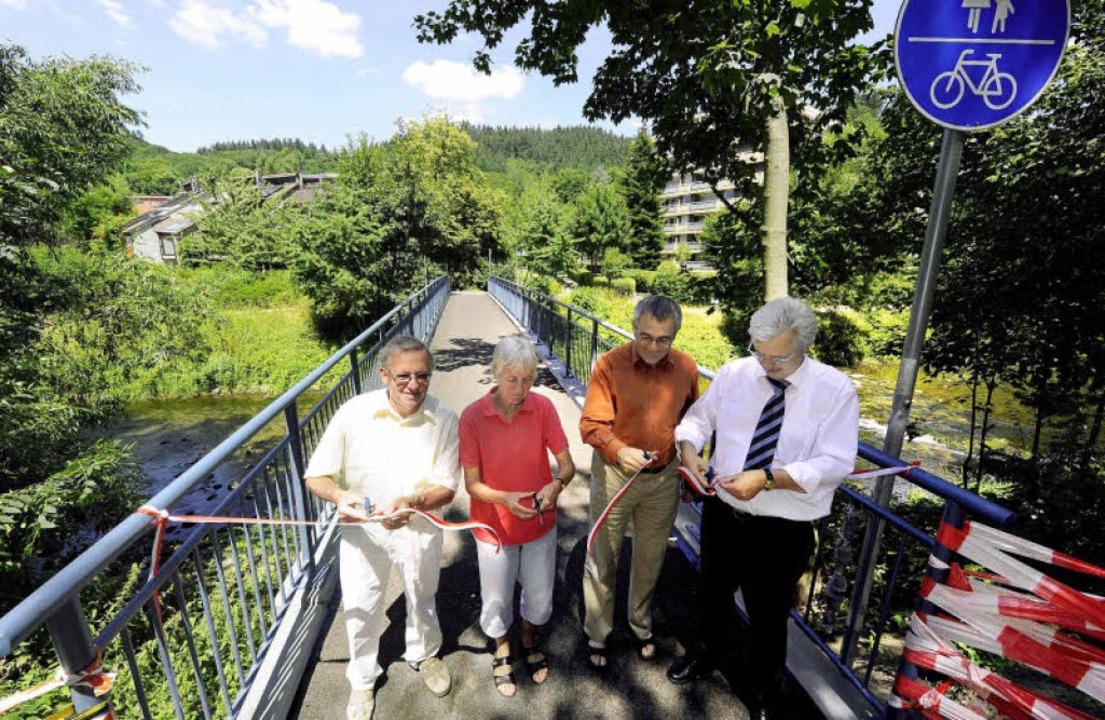Weihten den sanierten Steg ein (von li...erich  und Bürgermeister Otto Neideck.    Foto: Ingo Schneider