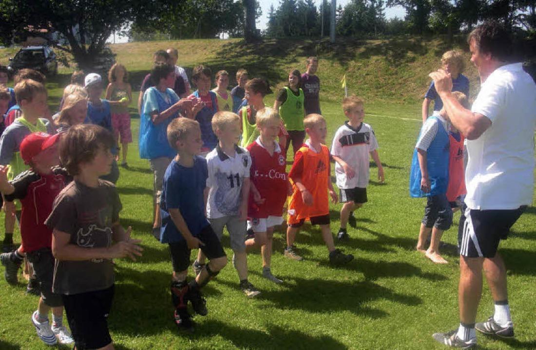 Großes Wuseln: Am Montag kamen auch di...e jungen Fußballfans sichtlich freute.  | Foto: Florian Kech