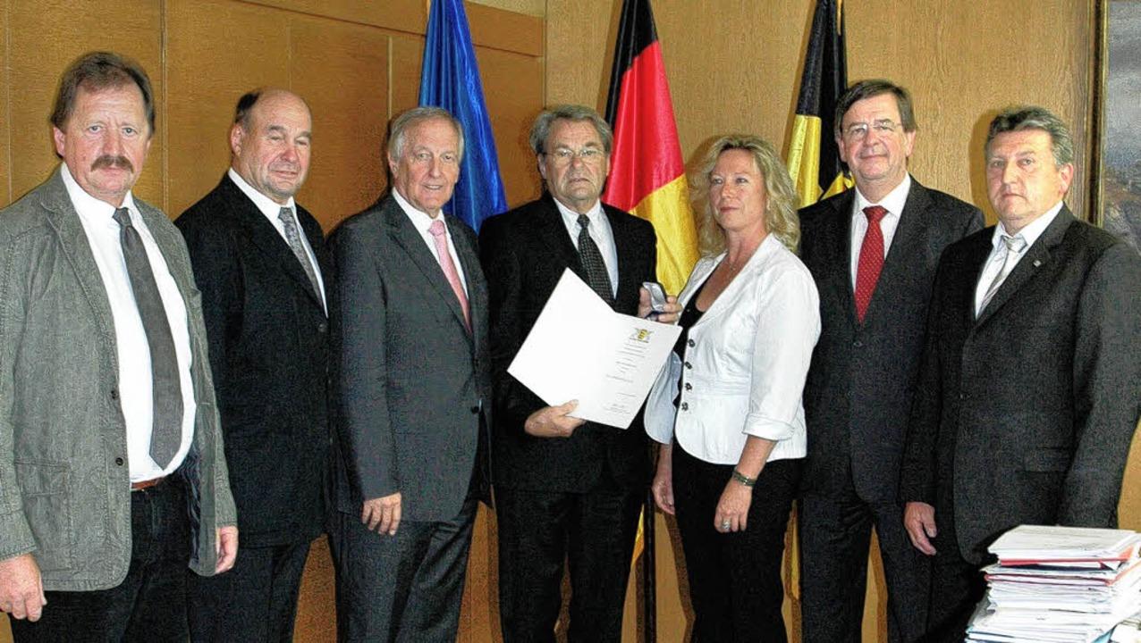 Mit der Staufermedaille des Landes wur...nister Willi Stächele und Hugo Scheu.   | Foto: Landtag Baden-Württemberg