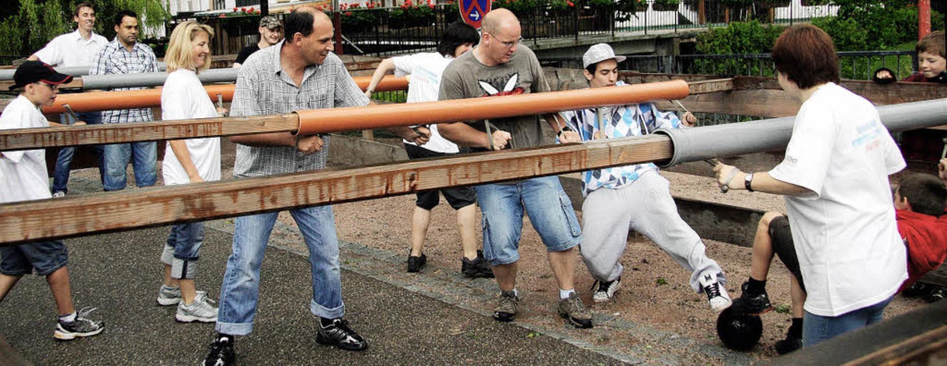 Fünf Teams traten beim Menschenkicker im Rahmen des Brunnenfestes an.     Foto: Eva Korinth