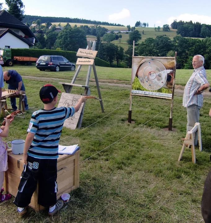 Mit der Armbrust in den roten Kreis tr... Kinderspielen beim Kappler Dorffest.     Foto: Inken Kramer