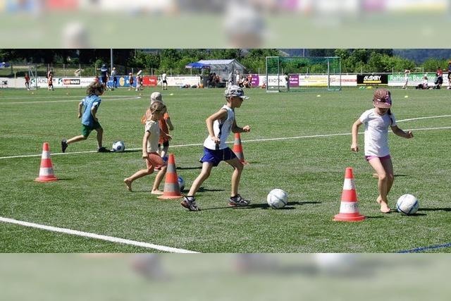 Schüler zeigen bei Ballspielen sportlichen Einsatz