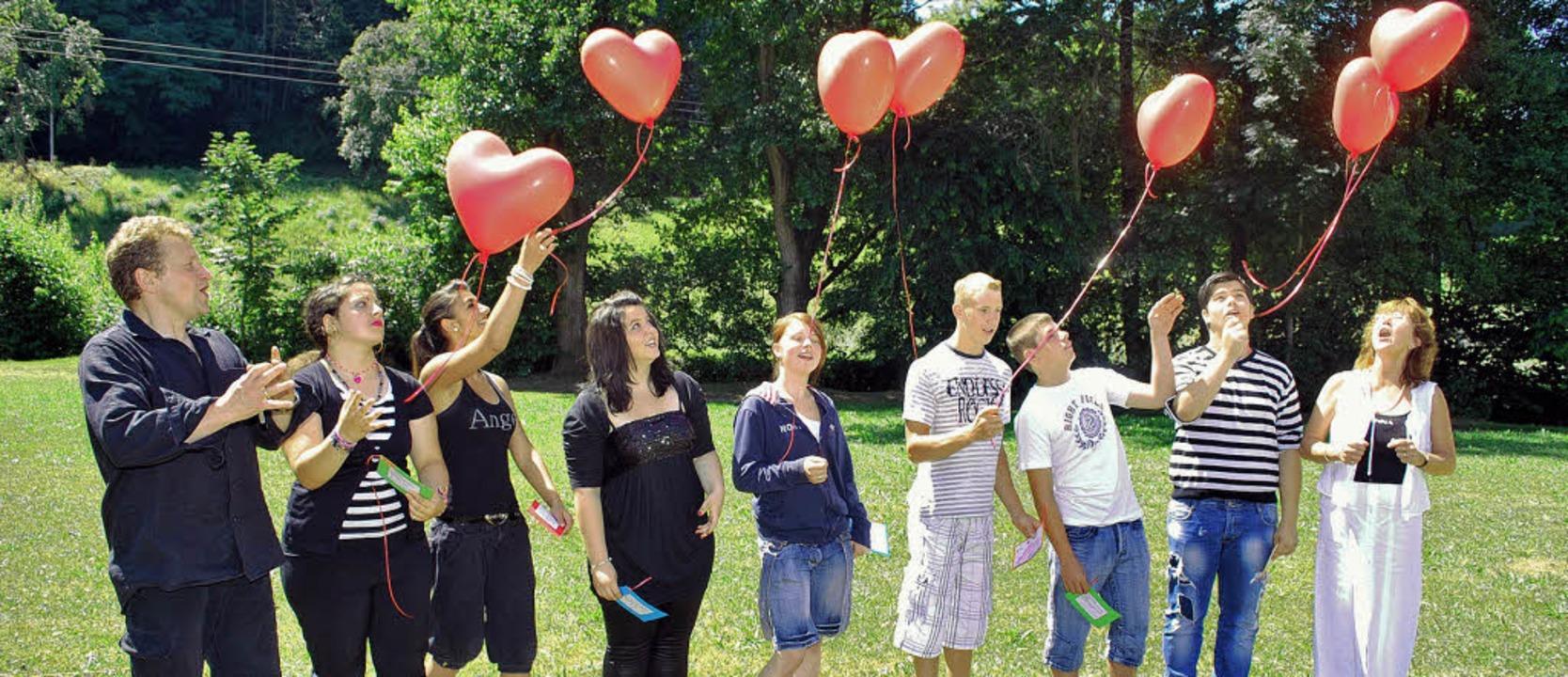 Die Schüler der neunten Klasse mit Kla...uftballons mit guten Wünschen steigen.  | Foto: Axel Dröber