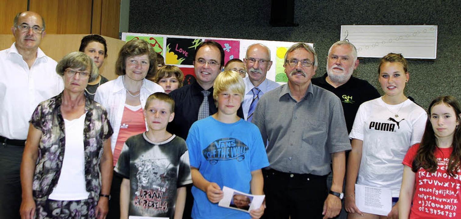 Die, die Abschied nehmen, und jene, di...r Peter Leufke sowie Schüler der 7 b.   | Foto: heidi fössel